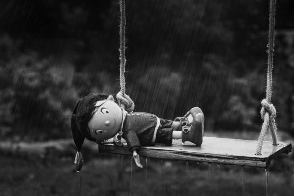 Esseulé sous la pluie