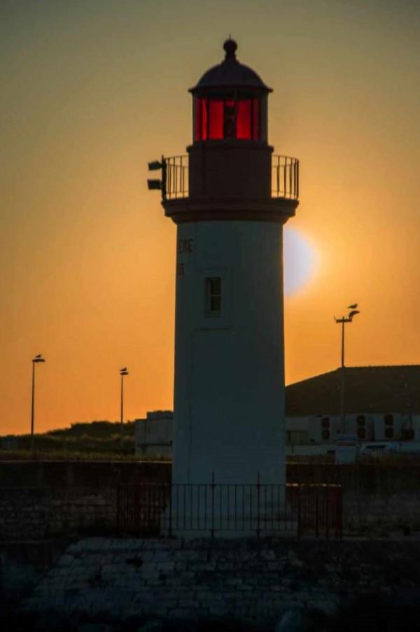 Coucher de soleil derrière le phare, Monique Moreau, L'Ile O Photo